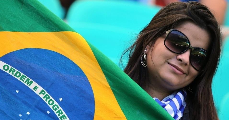 30.jun.2013 - Torcedora leva bandeira do Brasil para acompanhar Uruguai e Itália em Salvador