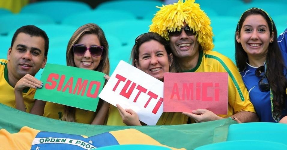 30.jun.2013 - Torcedores dizem em cartazes que brasileiros e italianos são amigos na Fonte Nova