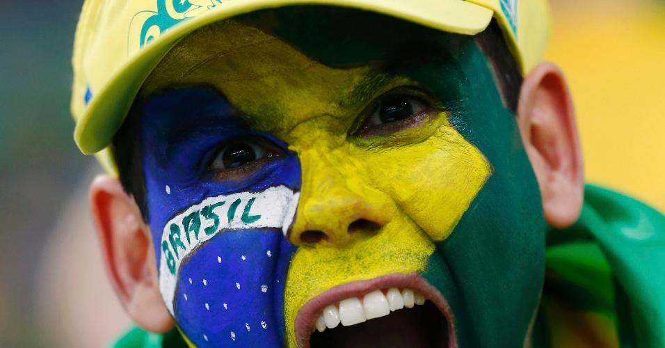 30.jun.2013 - Torcedores pinta a bandeira do Brasil no rosto para assistir à final entre Brasil e Espanha no Maracanã