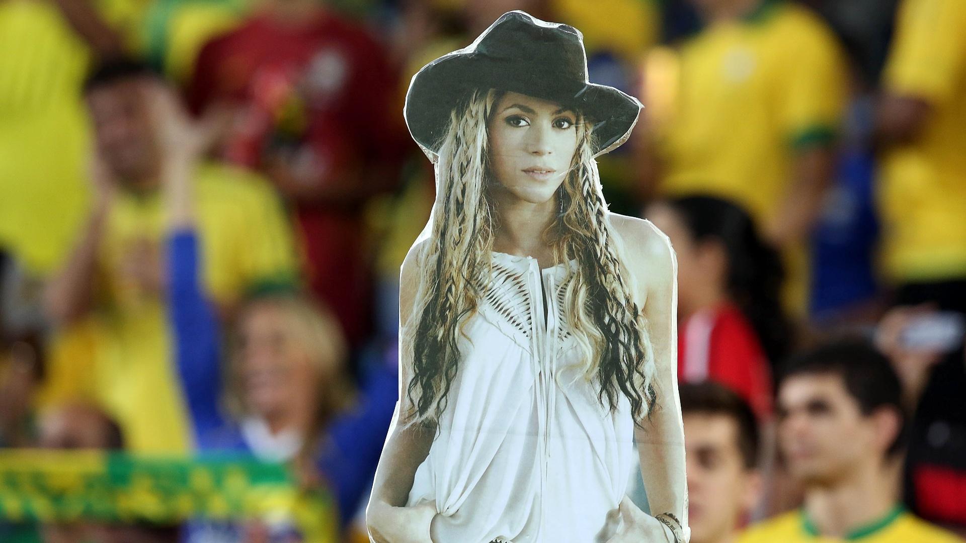 30.jun.2013 - Torcida brasileira leva cartaz da cantora Shakira para provocar seu namorado,o zagueiro espanhol Piqué