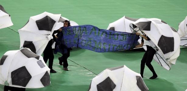 Voluntários exibem faixa de protesto contra a privatização do estádio do Maracanã