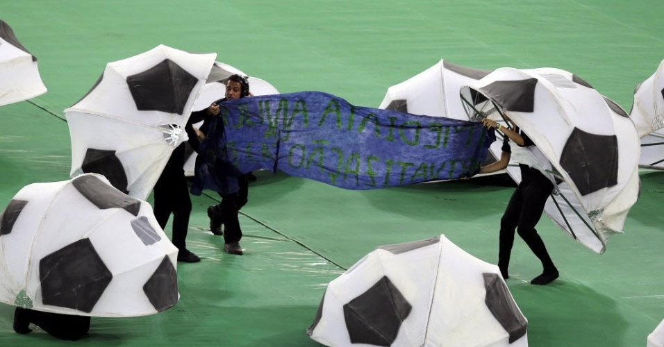 30.jun.2013 - Voluntários exibem faixa de protesto contra a privatização do estádio do Maracanã