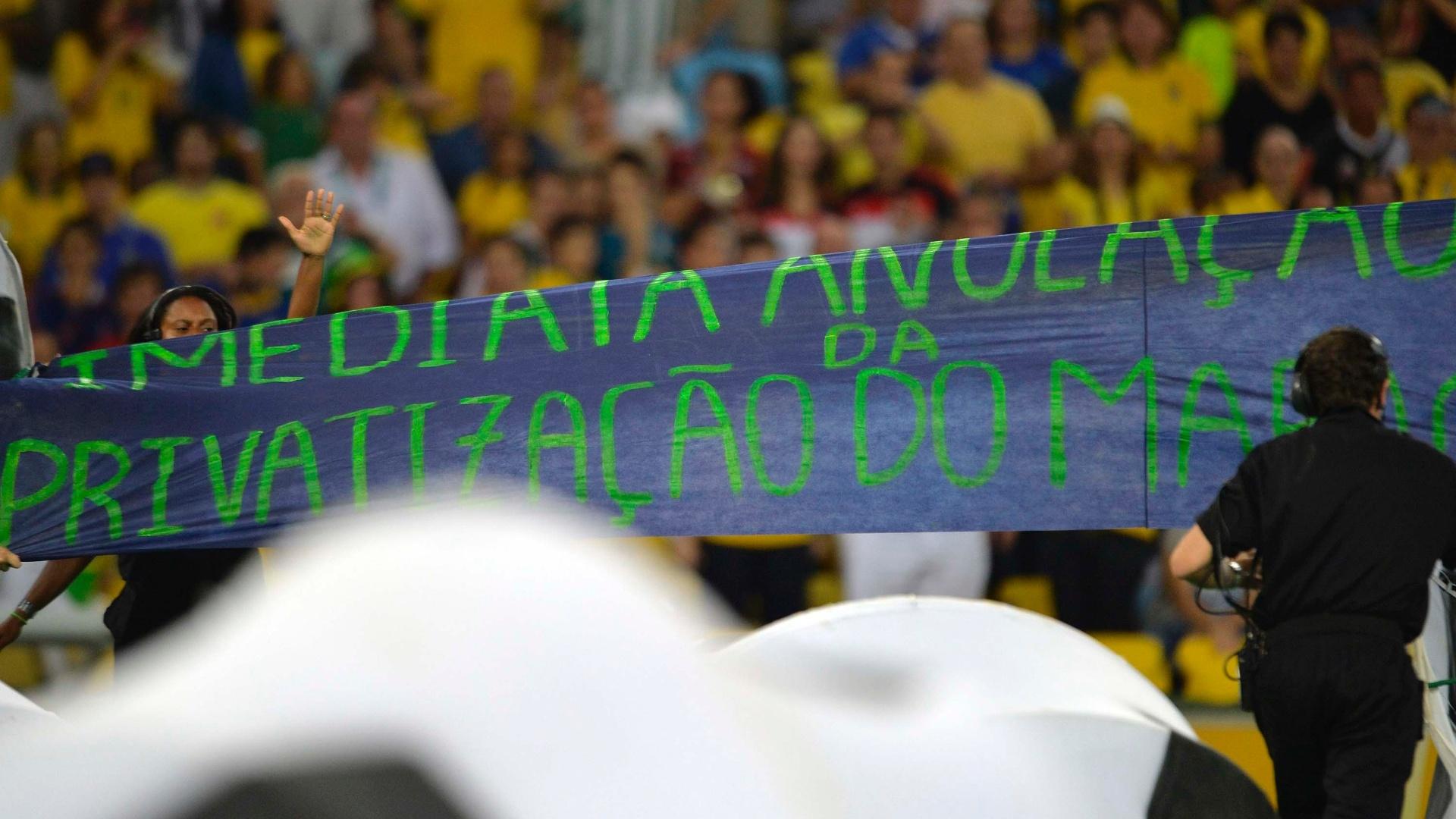 30.jun.2013 - Voluntários exibem faixa de protesto durante cerimônia de encerramento da Copa das Confederações no Maracanã