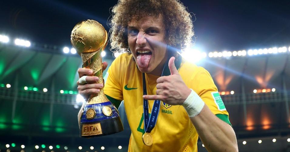 30.jun.2013 - Zagueiro David Luiz faz careta e exibe troféu de campeão da Copa das Confederações