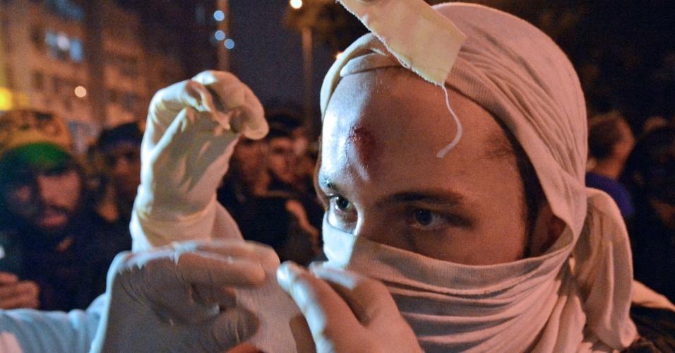 30.jun.2013- Manifestante recebe cuidados médicos durante protesto nas cercanias do Maracanã