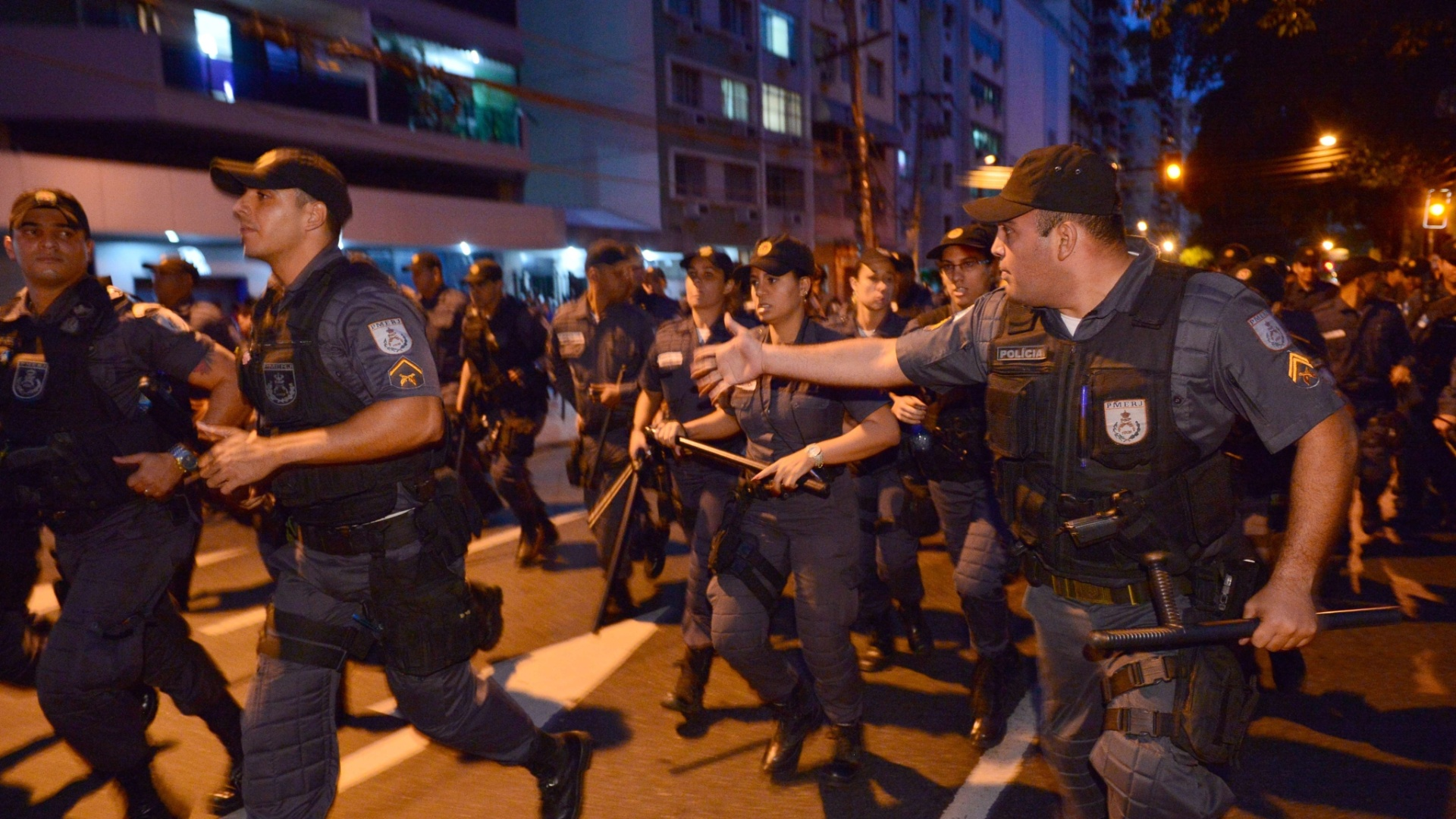 30.junho.2013 - Policiais correm para impedir que manifestantes alcancem as cercanias do Maracanã