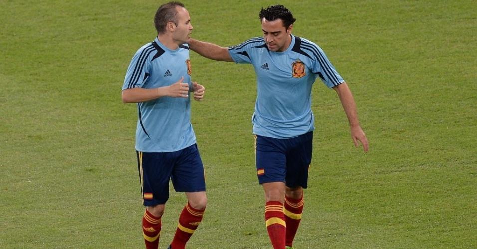 Andres Iniesta e Xavi, dupla de armação da Espanha, fazem aquecimento antes da final contra o Brasil