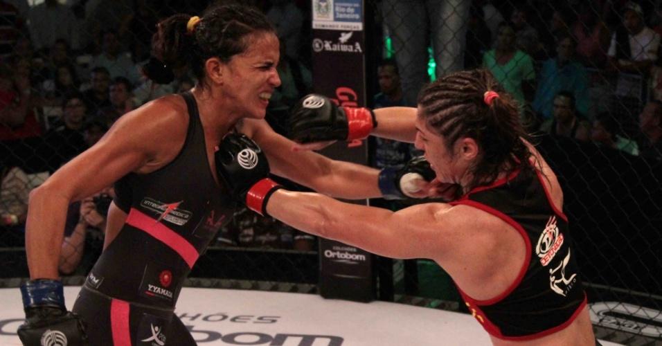 Bethe Correia (d) venceu sobre Érica Paes por decisão unânime do juízes no Jungle Fight 54