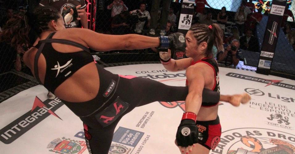 Bethe Correia é atingida, mas ficou com a vitória sobre Érica Paes por decisão unânime do juízes no Jungle Fight 54
