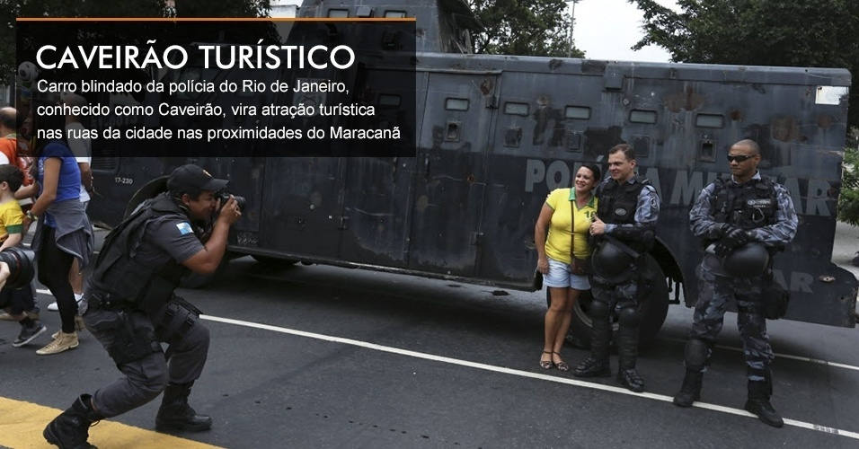 Carro blindado da polícia do Rio de Janeiro, conhecido como Caveirão, vira atração turística nas ruas da cidade nas proximidades do Maracanã