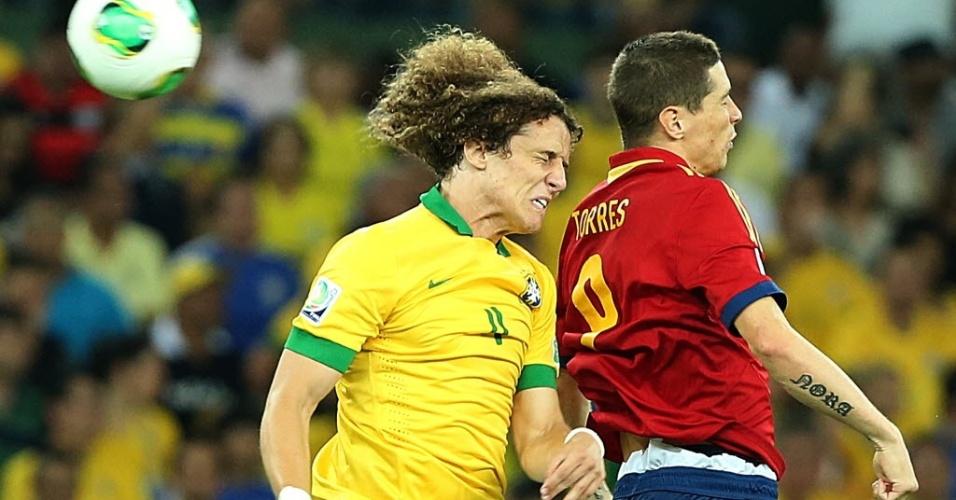 David Luiz, do Brasil, e Fernando Torres, da Espanha, disputam bola de cabeça durante final da Copa das Confederações