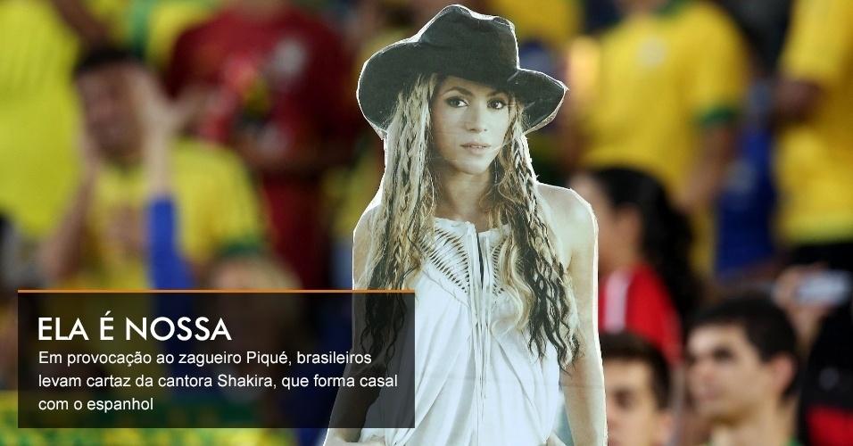 Em provocação ao zagueiro Piqué, brasileiros levam cartaz da cantora Shakira, que forma casal com o espanhol
