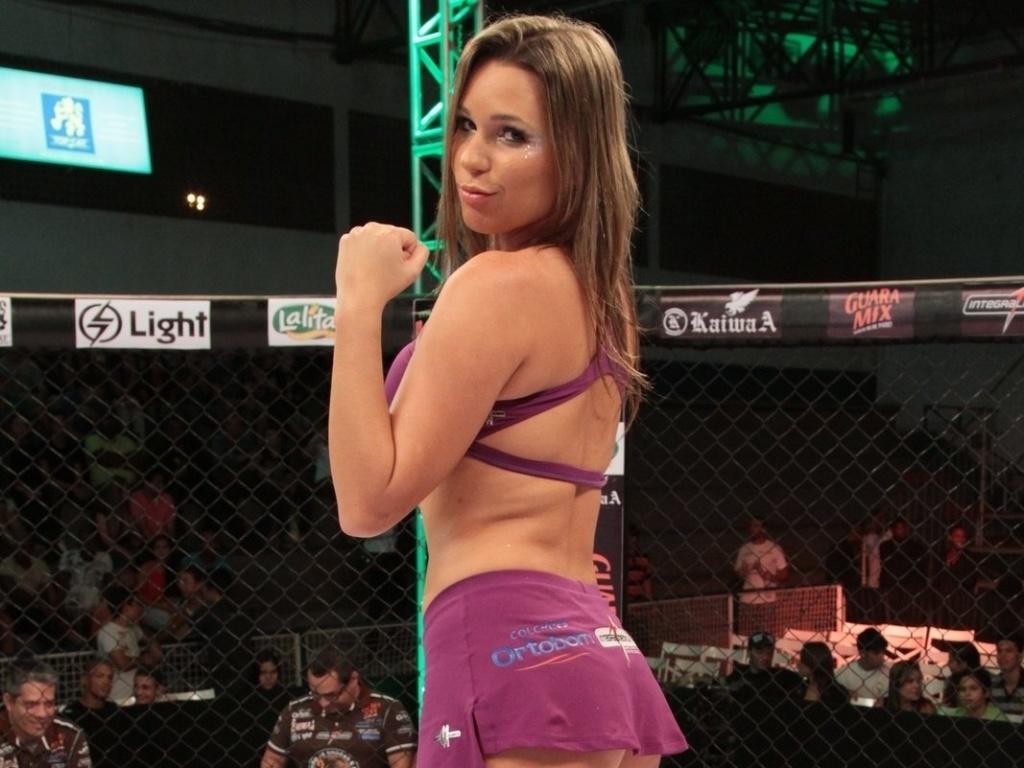 Ex-BBB Marien Carretero posa no octógono do Jungle Fight, durante a edição 54, em Barra do Piraí (RJ)