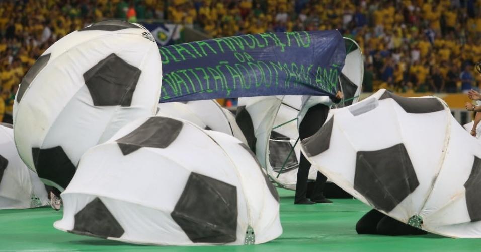 Manifestante se infiltra na festa de encerramento e exibe faixa de protesto no Maracanã