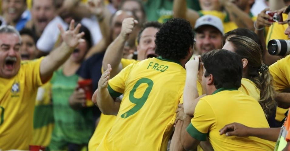 Fred comemora com a torcida após marcar o primeiro gol do Brasil contra a Espanha