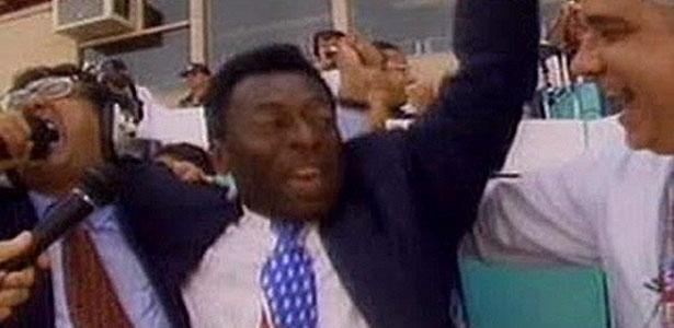Galvão Bueno, abraçado a Pelé, gritando o bordão