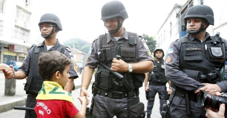 Garoto e policial se cumprimentam em manifestação pacífica próxima ao Maracanã