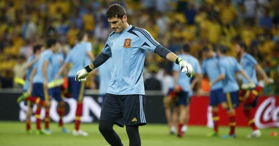 Iker Casillas se aquece momentos antes do início da final da Copa das Confederações entre Brasil e Espanha no Maracanã