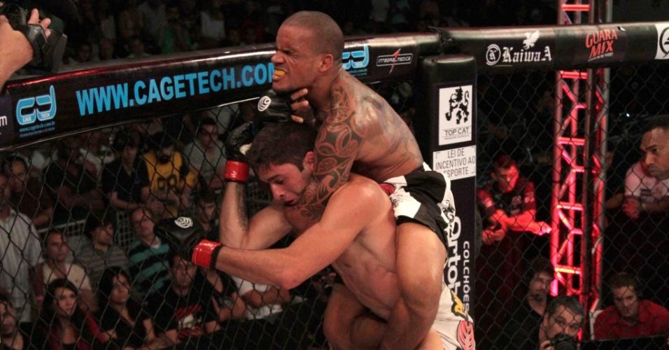 Ivan Batman encaixa mata-leão na luta principal do Jungle Fight 54, pelo título dos leves; o lutador bateu Lúcio Curado por finalização aos 2m10s do primeiro round e sagrou-se campeão dos leves