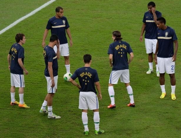 Jogadores da seleção brasileira fazem aquecimento momentos antes do início da final da Copa das Confederações contra a Espanha, no Maracanã