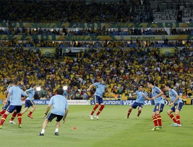 Jogadores espanhóis se aquecem antes da final da Copa das Confederações contra o Brasil, no Maracanã