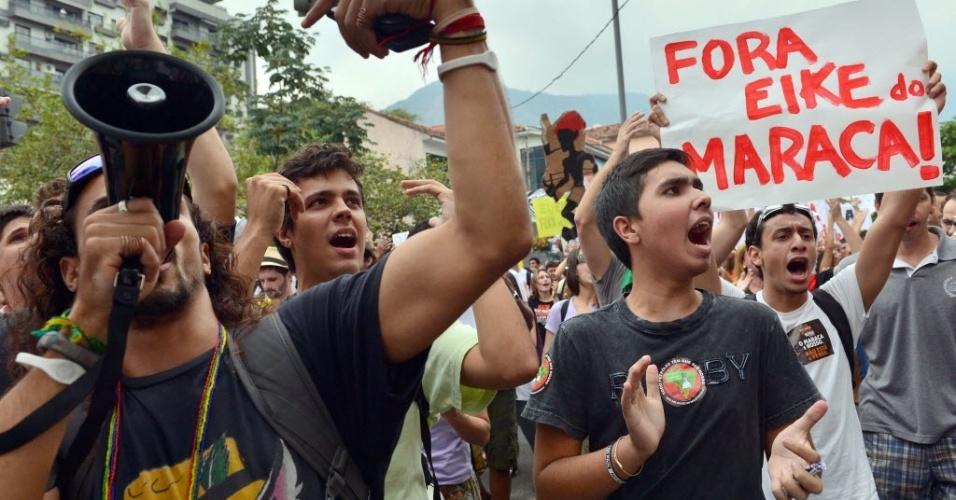 Manifestação horas antes do jogo no Maracanã. Protestantes criticam privatização do estádio, pedem saída de Marin do comando da CBF e reprovam gastos para Copa no Brasil
