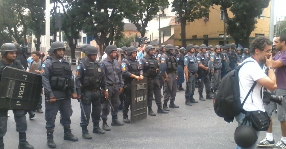 Manifestação rumo ao Maracanã chega à barreira policial na rua São Francisco Xavier