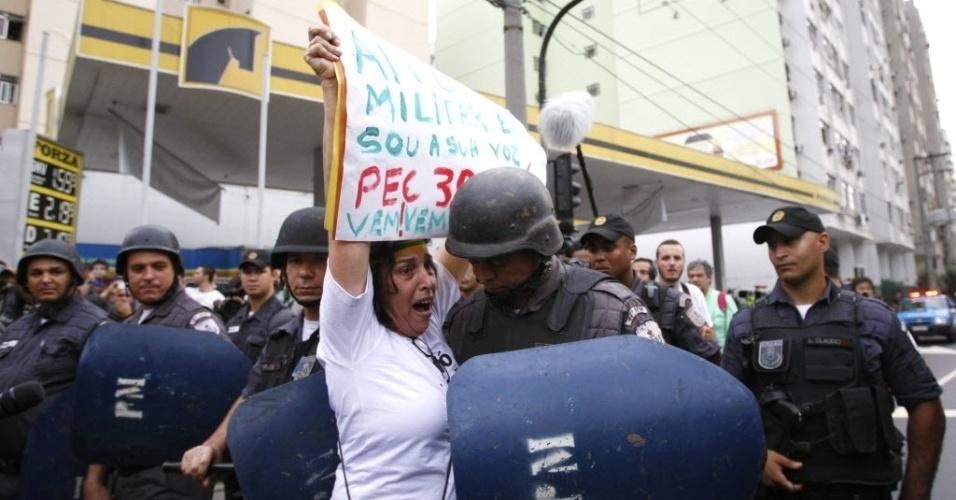 Manifestante encara polícia militar no Rio de Janeiro