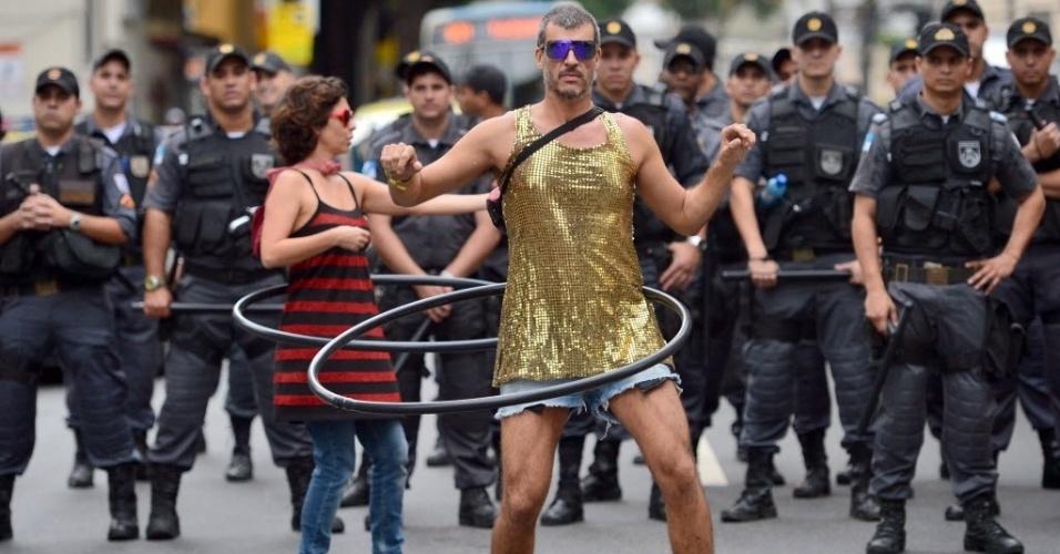 Manifestantes inovam e rebolam no bambolê vigiado por policiais próximos ao Maracanã