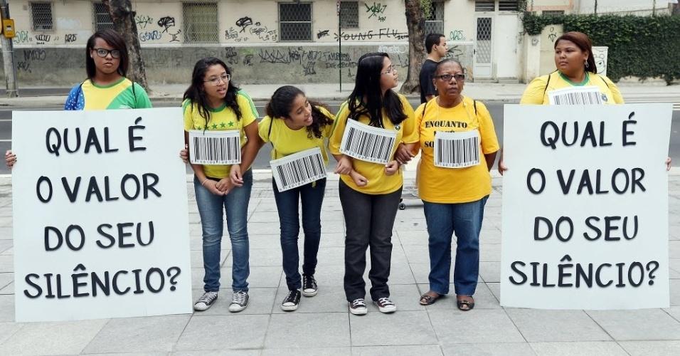 Manifestantes se dirigem ao Maracanã contra realização da Copa no país