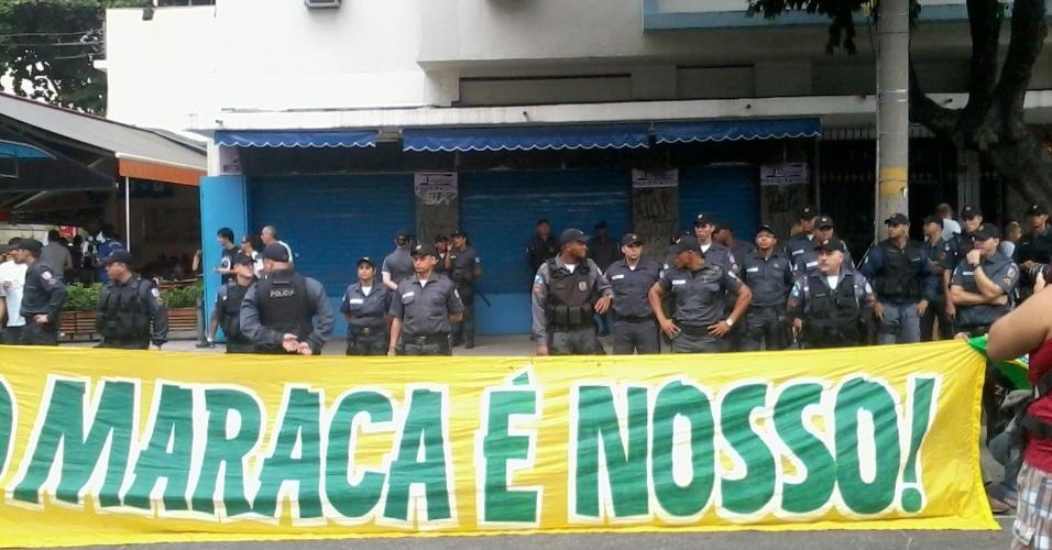 """Manifestantes usam polícia como """"cenário"""" para protesto sobre o maraca"""