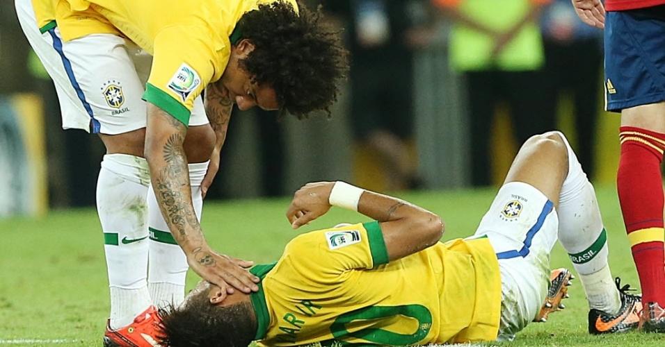 Marcelo faz carinho em Neymar após atacante sofrer falta no meio campo