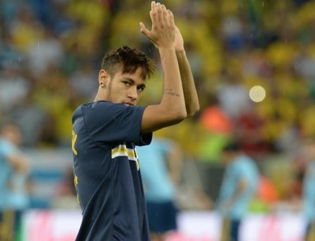 Neymar cumprimenta os torcedores durante aquecimento para a final da Copa das Confederações entre Espanha e Brasil