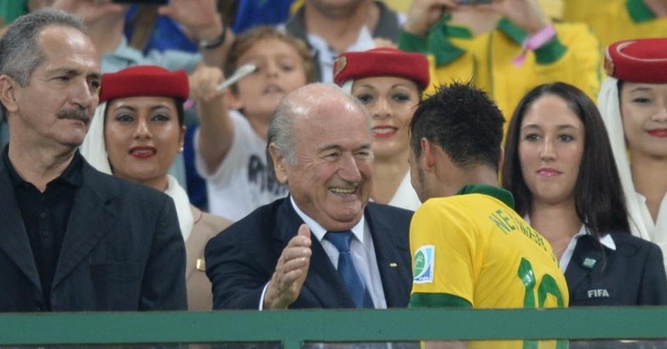 Neymar recebe parabéns de Blatter após título da seleção brasileira na Copa das Confederações