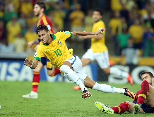 Piqué faz falta em Neymar e é expulso da final da Copa das Confederações entre Brasil e Espanha