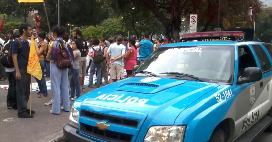 Polícia acompanha a movimentação na praça Saens Peña, no Rio de Janeiro