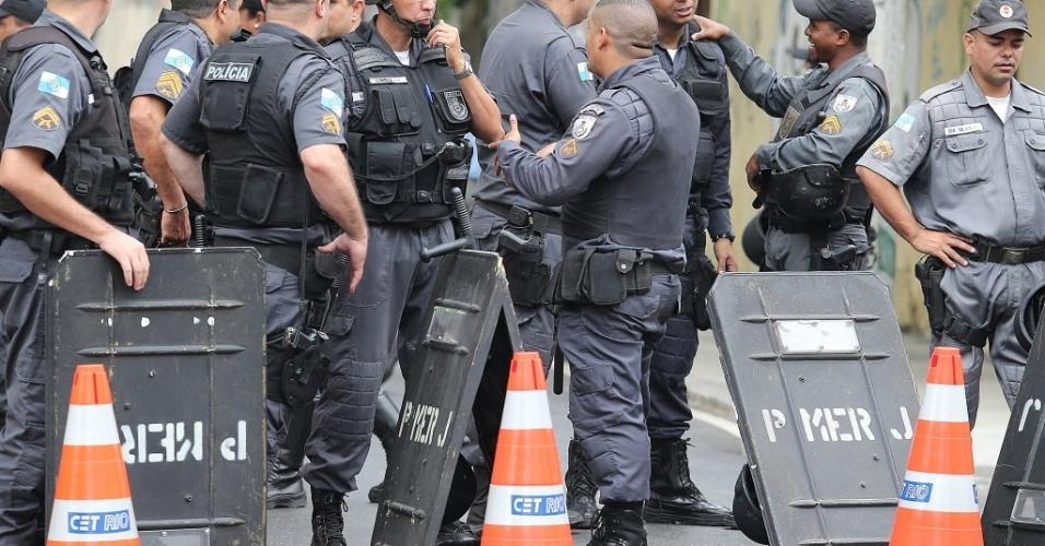Policiais controlam a manifestação ocorrida horas antes de Brasil x Espanha, no Maracanã