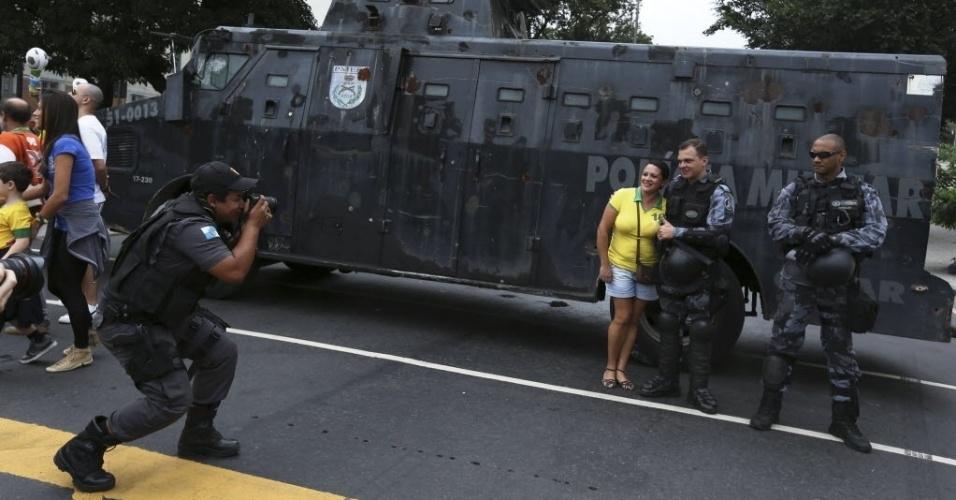 Policial tira foto de torcedora em acesso ao Maracanã