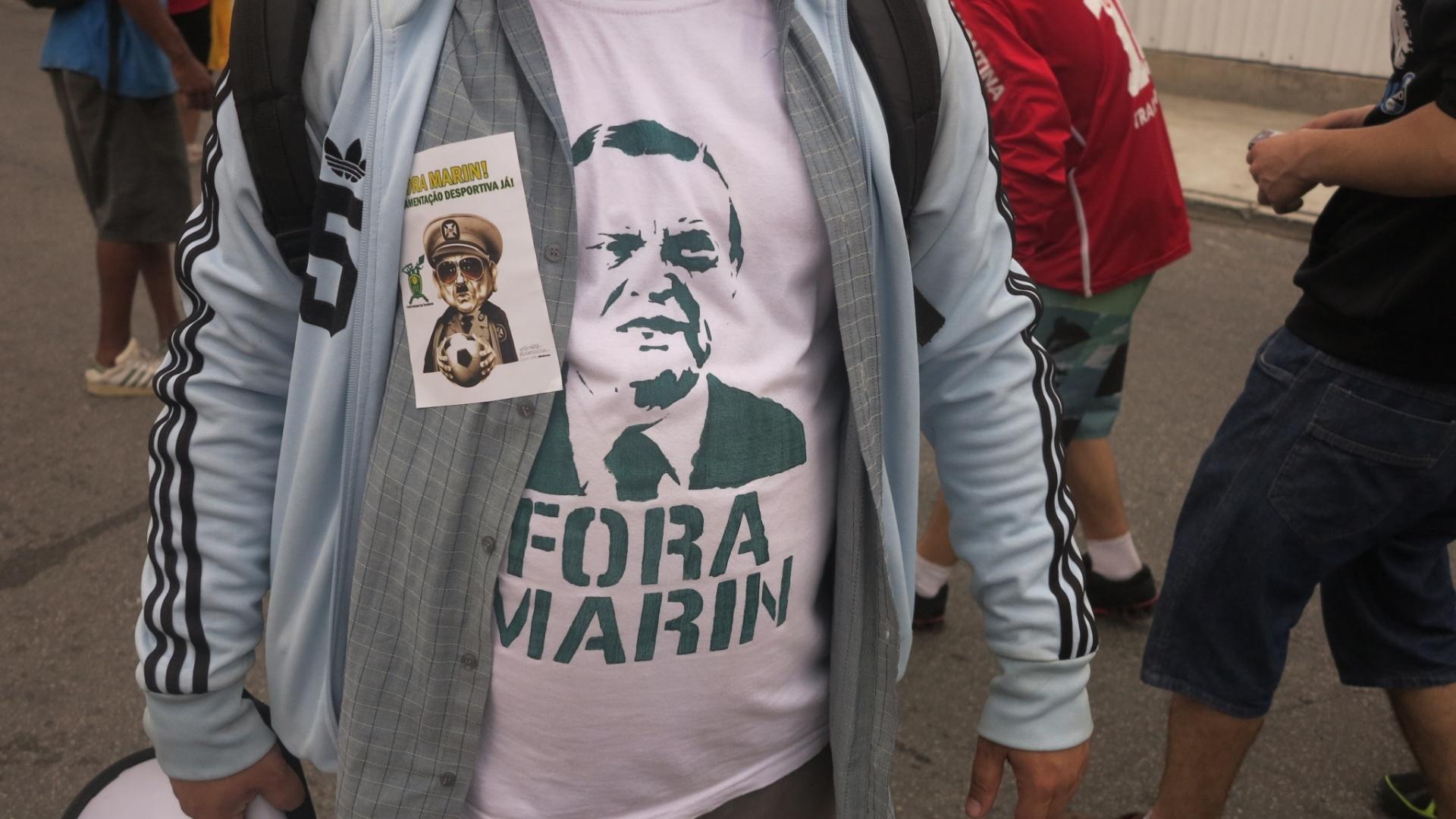 Protesto desta manhã em frente a um dos prédios da CBF na Barra da Tijuca. Ato organizado pela Frente Nacional de Torcedores.