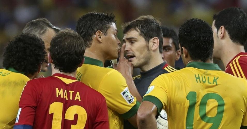 Thiago Silva coloca o dedo na cara do goleiro Casillas durante final da Copa das Confederações entre Brasil e Espanha