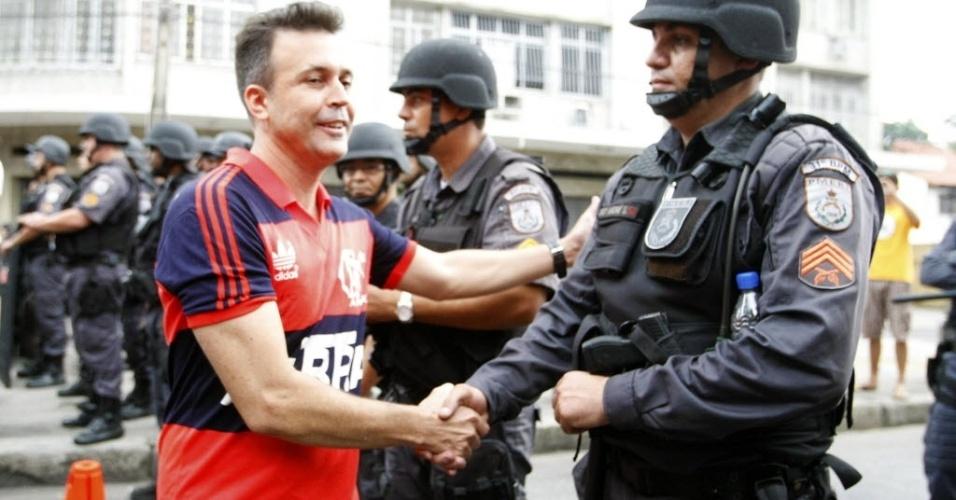 Torcedor do Flamengo e policial se cumprimentam em manifestação pacífica próxima ao Maracanã