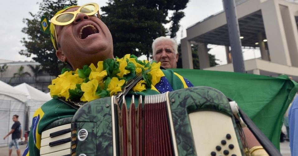 Torcedores cantam no acesso ao Maracanã para a final entre Brasil x Espanha, pela Copa das Confederações
