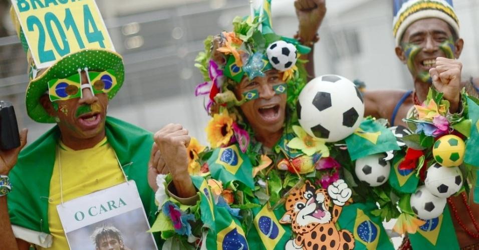 Torcedores celebram no acesso ao Maracanã para a final entre Brasil x Espanha, pela Copa das Confederações