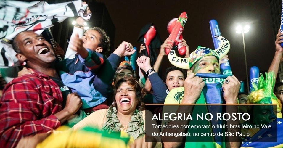 Torcedores comemoram o título brasileiro no Vale do Anhangabaú, no centro de São Paulo