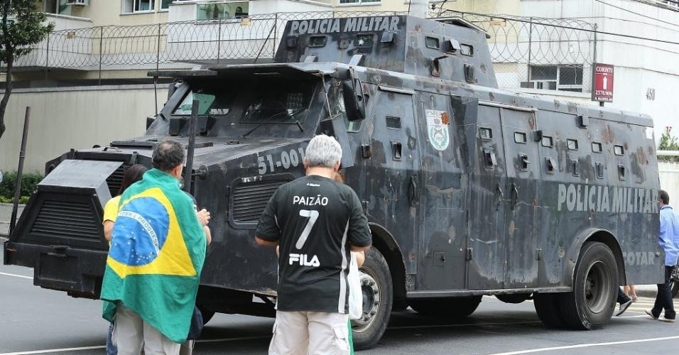 Veículo blindado da Polícia Militar vira atração turística antes da final entre Brasil x Espanha