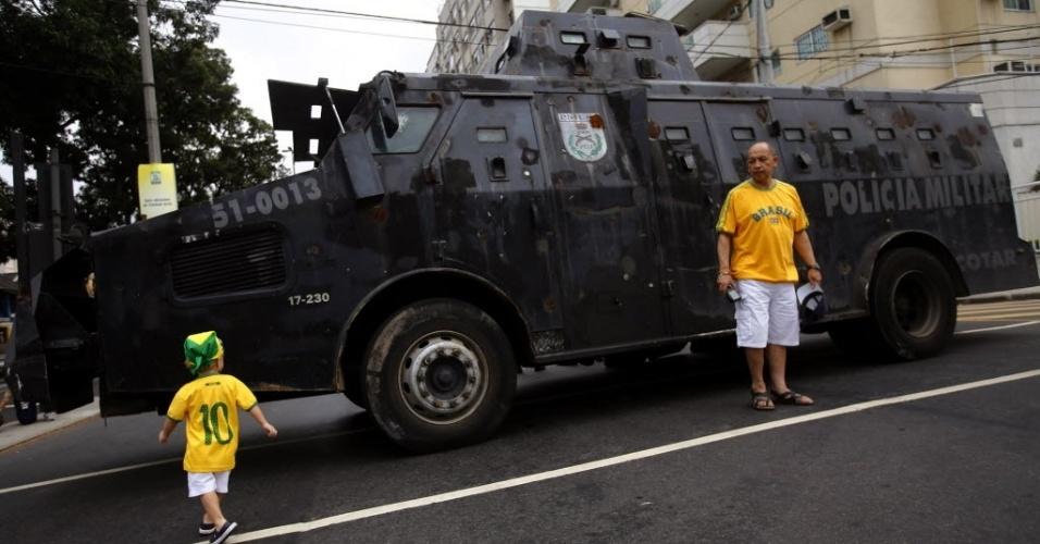 Veículo blindado da Polícia Militar virou atração turística antes da final entre Brasil x Espanha