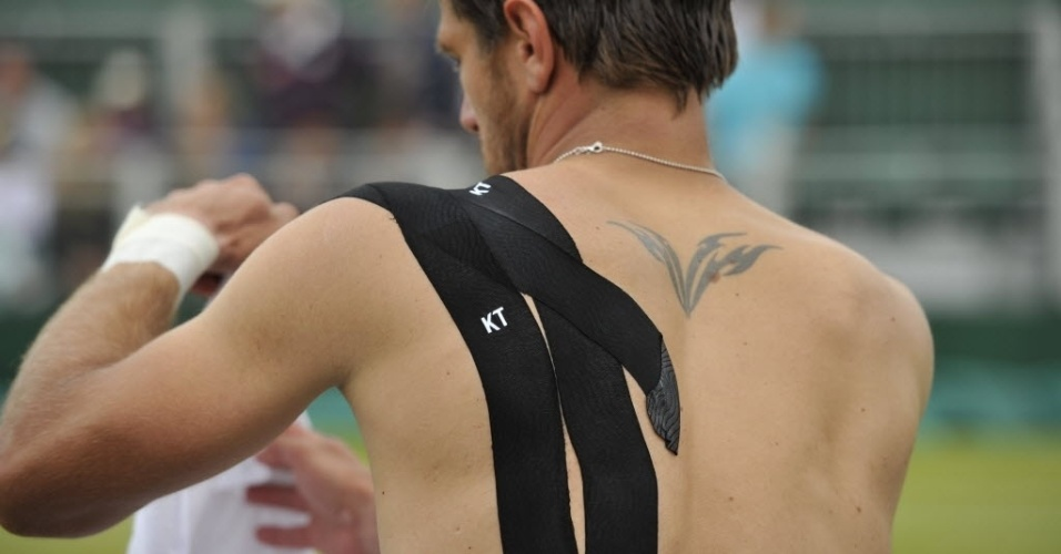 01.jul.2013 - Proteções que Fernando Verdasco usa no ombro são fotografadas em Wimbledon