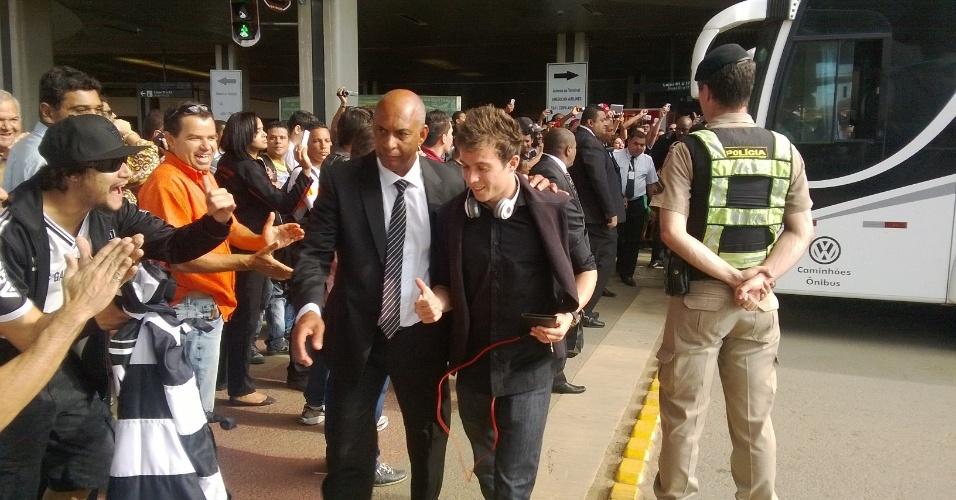 1 jul 2013 - Atlético-MG, com Bernard, recebe apoio de torcedores atleticanos no embarque no Aeroporto de Confins