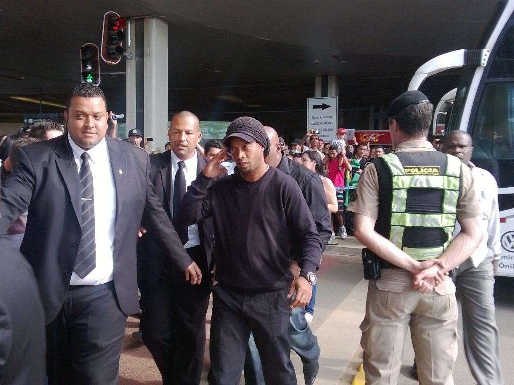 1 jul 2013 - Escoltado por seguranças, Ronaldinho Gaúcho chega ao Aeroporto de Confins para emracar para a Argentina