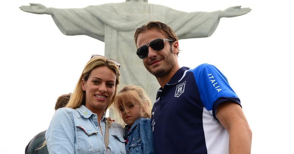 13.jun.2013 - Atacante Gilardino posa com a mulher e a filha durante visita da seleção italiana ao Corcovado dias antes da estreia na Copa das Confederações